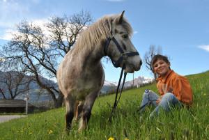 Pony-und-Jakob-freuen-sich---Galtinerhof-Rodeneck